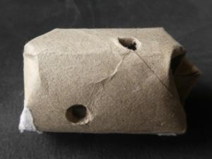 Katzenspielzeug selber machen - Futterball aus Papprolle