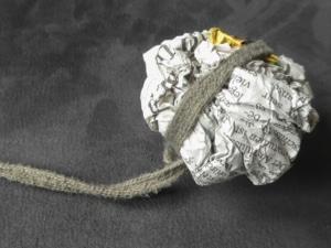 Papierknäul an Seil mit Katzenminze - Katzenspielzeug