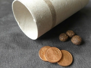 Katzenspielzeug selber machen - Raschelball mit Münzen oder Leckerlis